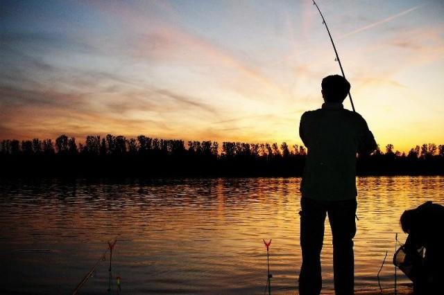 horgász a parton