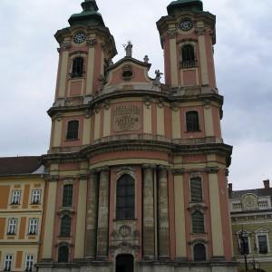 A templom a tér felől (baloldalt a rendház, jobbra a Városháza)