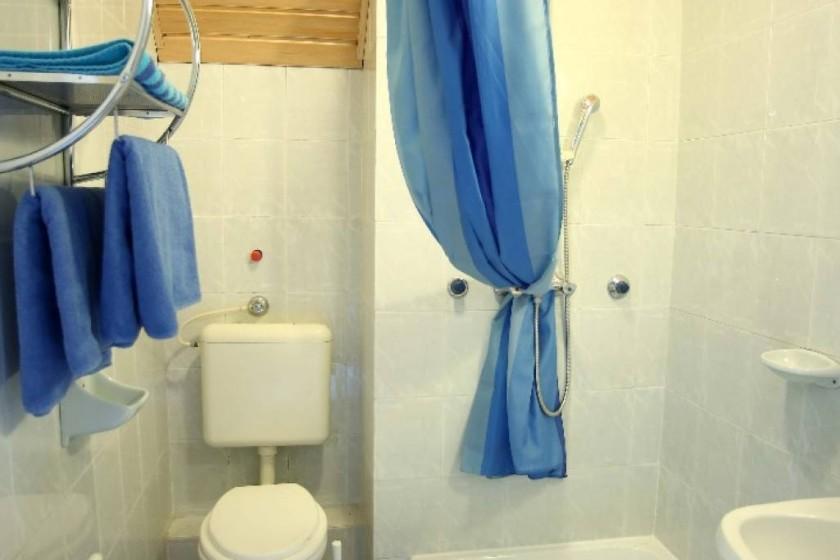 Négyágyas szoba fürdőszobája