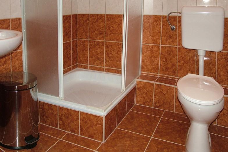 Kétágyas szoba fürdőszobája