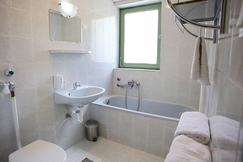 Prémium négyágyas szoba fürdőszobája