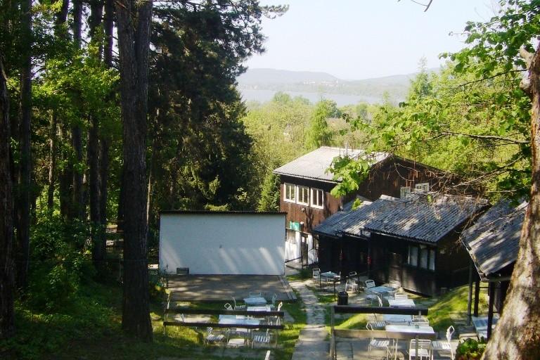 A tábor a faházakkal és a színpaddal