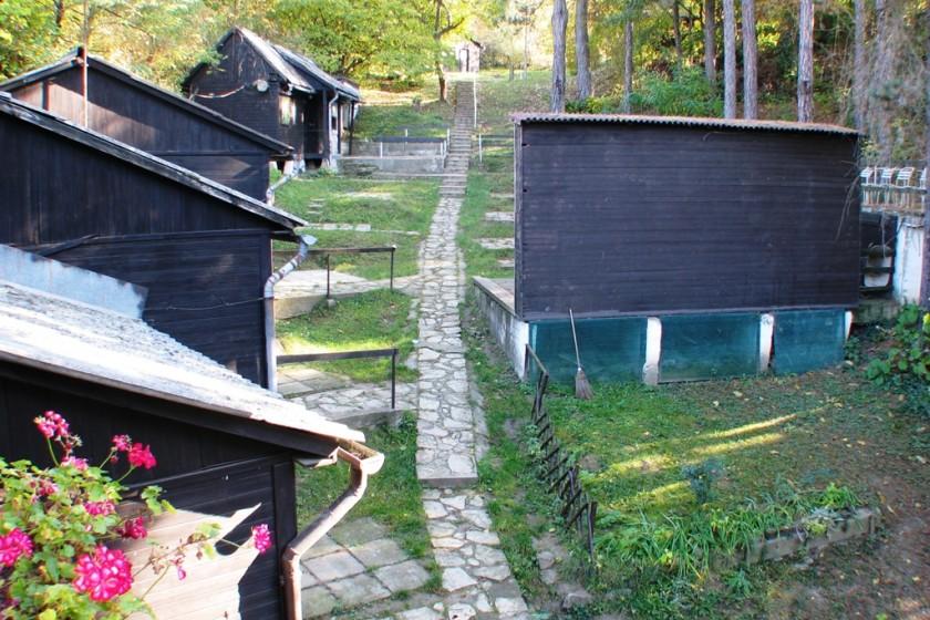 A tábor alsó faházai