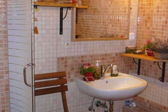 Apartman épület fürdőszobája