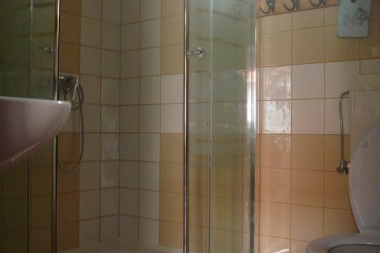 Nádtetős épület fürdőszobája