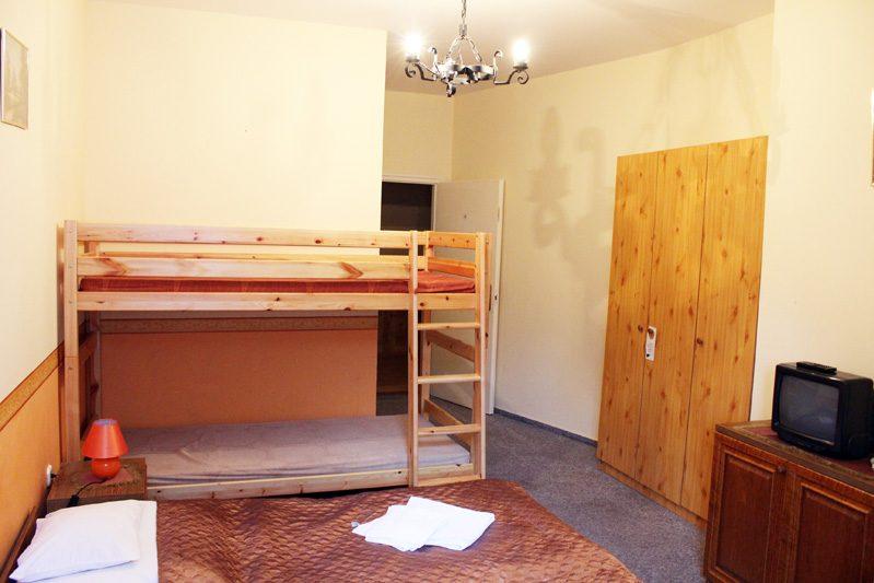 Négy ágyas szoba emeletes ággyal