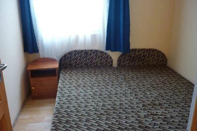 Kis apartman szobája