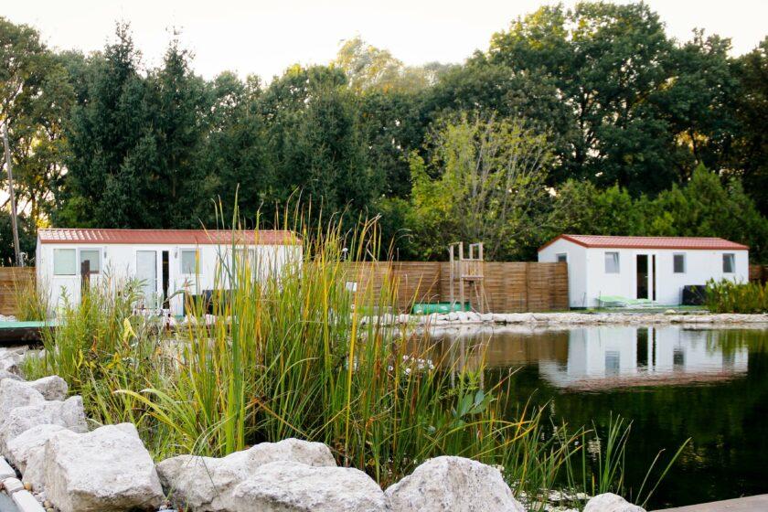 Öko-fürdőtó, háttérben mobilházak